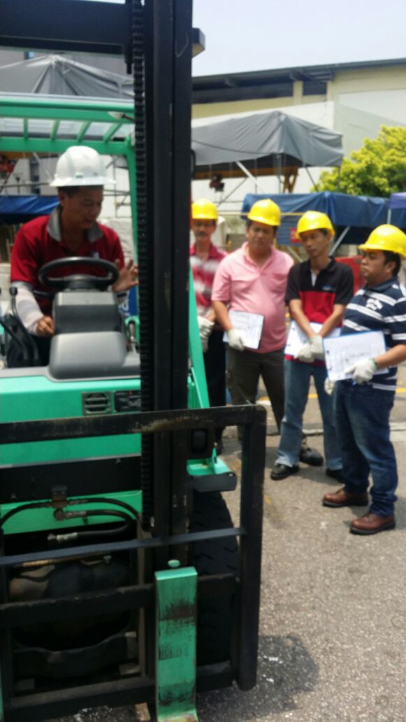 forklift trainer briefing trainees